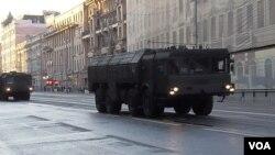 2014年勝利日紅場閱兵前彩排時,莫斯科街頭的伊斯康德爾-M戰術導彈。 (美國之音白樺拍攝)