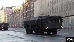 2014年胜利日红场阅兵前彩排时,莫斯科街头的伊斯康德尔-M战术导弹。(美国之音白桦拍摄)