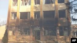 Một tòa nhà bị hư hại sau khi một đoàn tàu trật bánh tại Hitrino, Bulgaria, ngày 10 tháng 12 năm 2016.