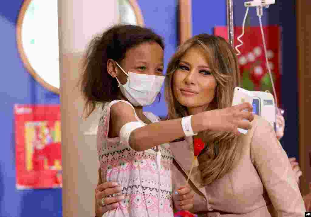 سلفی کودک بیمار باملانیا ترامپ بانوی اول آمریکا در بیمارستانی دربروکسل پایتخت بلژیک.