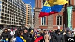 La marcha a favor del gobierno de Juan Guaidó se denominó SOS Venezuela y, la oficialista fue llamada Hands off Venezuela.