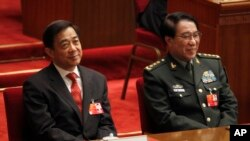 Tướng Từ Tài Hậu, Cựu Phó chủ tịch Quân ủy Trung ương (phải) và ông Bạc Hy Lai tại Sảnh đường Nhân dân ở Bắc Kinh, ngày 14/3/2012.