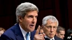 Menhan AS Chuck Hagel (kanan) mendampingi Menlu AS John Kerry saat memberikan keterangan di Gedung Capitol, Washington DC, Selasa (3/9).