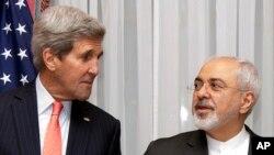 지난 16일 스위스 로잔에서 이란 핵 협상 타결을 위한 미국-이란 외무장관 대화를 앞두고, 존 케리 미 국무장관(왼쪽)이 무함마드 자바드 자리프 이란 외무장관의 발언을 듣고 있다. (자료사진)