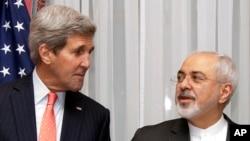 지난달 15일 스위스 로잔에서 열린 미국과 이란의 핵 대화에 앞서 존 케리 미국 국무장관(왼쪽)이 무함마드 자바드 자리프 이란 외무장관의 말을 듣고 있다. (자료사진)