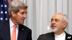 美國國務卿克里(左)和伊朗外長扎里夫。(資料圖片)