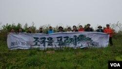 북한에 묘목을 심기 위해 방문한 OGKM 관계자들이 두만강 유역 국경지역 조산리에서 기념 사진을 찍었다. (사진 제공: OGKM)