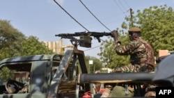 Abasirikare ba Nijeri ku murwa mukuru Niamey, bacungera amatora y'umukuru w'igihugu, itariki 20/03/2016.