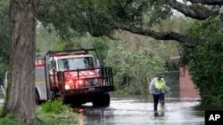 11일 허리케인 '어마'가 미국 플로리다주를 강타한 후 레이크부에나비스타 시 구조대원이 주택가를 돌아보고 있다.