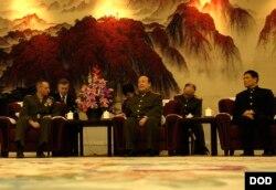 2007年,郭伯雄接待来访的美国参谋长联席会议主席佩斯上将(美国国防部照片,2007年3月22日)