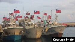 三艘来自台湾屏东的渔船停靠在太平岛码头上(台湾海巡署提供)