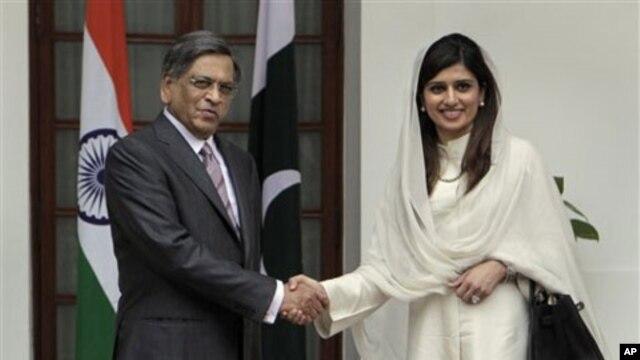 Menlu India S.M. Krishna dan Menlu Pakistan Hina Rabbani Khar sebelum pembicaraan di New Delhi, India (foto: dok). Kementerian Luar Negeri kedua negara sepakat melakukan pertukaran daftar fasilitas nuklir.