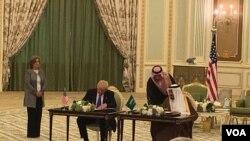 美國總統川普和沙特阿拉伯國王薩勒曼在利雅得簽署了將近1100億美元的協議,加強沙特的軍事能力。(2017年5月20日)