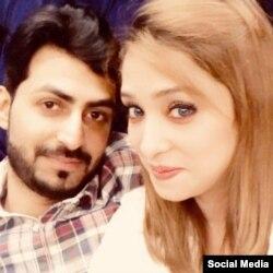 عاصمہ کی اپنے شوہر فیصل کے ہمراہ تصویر۔