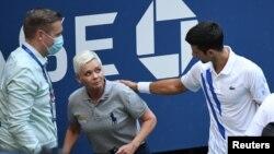 Novak Đoković posle incidenta na US Openu proverava da li je linijski sudija dobro (Foto: Danielle Parhizkaran-USA TODAY Sports)