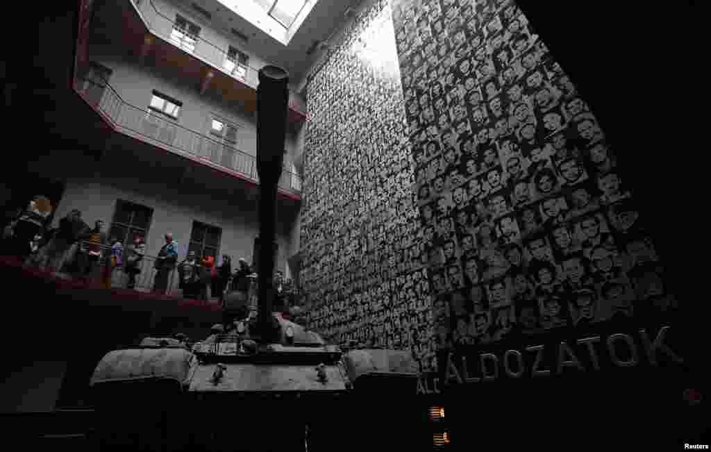 在匈牙利布达佩斯的恐怖之屋博物馆纪念共产党政权下的受害者那一天,一个苏联时代建造的T-34型坦克陈列在一面贴满了共产党专政下受害者照片的墙前。(Reuters)