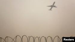Tư liệu - Một máy bay cất cánh giữa bầu không khí ô nhiễm ở Bắc Kinh, ngày 22 tháng 12, 2012.