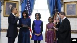 Барака Обаму приводят к присяге в Белом доме. Вашингтон, округ Колумбия. 20 января 2013 года