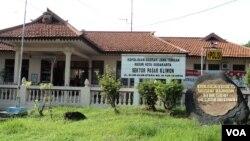 Kantor polisi kecamatan Pasar Kliwon di Solo, Jawa Tengah, tempat ditemukannya bom rakitan pada Selasa (20/11). (VOA/Yudha Satriawan)
