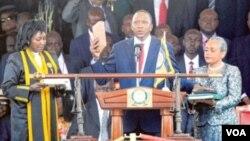 Uhuru Kenyatta, rais wa nne wa Kenya akila kiapu wakati wa sherehe za kuapishwa kwake mjini Nairobi.