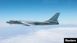 2013年10月27日,中國一架海軍戰機在日本南部沖繩島附近的上空飛行。