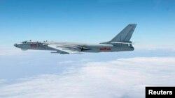 Oanh tạc cơ H-6 của Trung quốc bay ngang qua không phận giữa Okinawa và đảo Miyako ở miền nam Nhật Bản, 27/10/13 . Ảnh do Không lực Phòng vệ Nhật Bản phổ biến