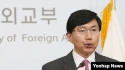한국 외교부 조준혁 대변인이 27일 서울 종로구 도렴동 청사에서 북한의 핵실험과 장거리 미사일 발사를 규탄한 주요 7개국 G7 정상회의 선언에 대해 논평하고 있다.