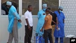 接收懷疑是伊波拉病毒患者的幾內亞醫院的急症室人員