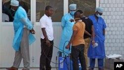 지난달 29일 기니 코나크리의 한 병원 응급실 입구. 이 병원에서는 에볼라 바이러스 감염 의심 환자들을 받고 있다.