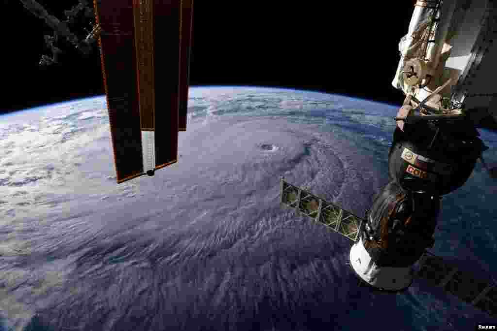 국제 우주 정거장에서 우주 비행사 리키 아널드가 촬영한 허리케인의 모습. 4등급 위력을 보이는 강력한 허리케인 '레인'이 하와이섬에 상륙하면서 주민들이 대피하고 있는 것으로 알려졌다.