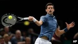 نوواک جوکووچ پیرس ماسٹرز ٹینس ٹورنمنٹ کے فائنل میں روسی کھلاڑی خاچانوف کے خلاف جوابی شاٹ کھیلتے ہوئے