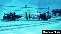 Alat yang didesain oleh perusahaan Elon Musk, SpaceX dan The Boring Company, sedang diuji coba di sebuah kolam renang di Los Angeles, California. Bila berhasil alat ini akan digunakan untuk membantu evakuasi tim sepak bola remaja Thailand yang terperangkap di gua yang banjir di Provinsi Chiang Rai, Thailand. Tidak ada informasi kapan foto ini diambil.