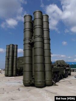 2014俄罗斯国防武器出口展上的S-400防空导弹。中国也在同俄罗斯讨论购买这种导弹。(美国之音白桦拍摄)