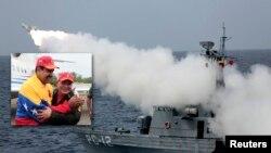 Un misile Otomat Mk2 es lanzado por un barco desde la isla de La Ochila. En la foto inserta, el presidente Nicolás Maduro y Diosdado Cabello celebran el lanzamiento.