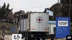 구호품 전달을위해 시리아 국경에 도착한 국제적십자 트럭