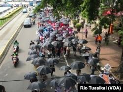 Ratusan orang, perempuan dan laki-laki dari berbagai kelompok, turun ke jalan-jalan protokol di Jakarta mendesak pengesahan RUU P-KS, 8 Desember 2018. (Foto: Rio Tuasikal/VOA)
