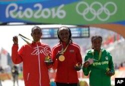 14일 브라질 리우올림픽 여자 마라톤 시상식에서 금메달을 차지한 케냐의 제미마 잘라가트 숨공(가운데), 은메달 바레인의 유니스 젭키루이 키르와, 동메달 에티오피아의 마레 디바바(오른쪽)이 함께 포즈를 취했다.