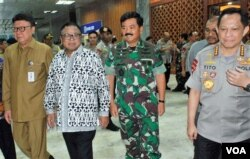 Dari kiri: Mendagri Thahjo Kumolo, Ketua DPD Oesman Sapta Odang, Panglima TNI Marsekal Hadi Tjahjanto, dan Kapolri Jendral Tito Karnavian saat hadir pada Rapat Kerja DPD di Jakarta, Selasa 7/5. (VOA/Fathiyah).