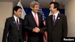 日本外務大臣岸田文雄(左),美國國務卿州約翰.克里(中)和韓國外長尹炳世(右)在汶萊舉行的東盟會議期間會晤