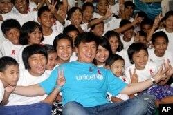 2012年7月成龙作为联合国儿童基金会的爱心大使在缅甸和儿童在一起