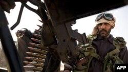 Binh sĩ của phe nổi dậy chiếm được quyền kiểm soát thị trấn Ras Lanuf nhiều dầu hỏa ở miền đông Libya, ngày 5 tháng 3, 2011
