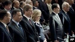 지난 6일 프랑스 파리에서 열린 '시리아의 친구들' 회의에서 희생자들을 위해 묵념하는 각 국 대표들.