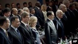 """Mentri Luar Negeri AS, Hillary Clinton (empat dari kiri) berdiri di antara para anggota delegasi yang hadir dalam pertemuan """"Sahabat Suriah"""" di Paris (6/7)."""