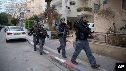 Cảnh sát Israel tìm kiếm tay súng gần hiện trường vụ nổ súng ở Tel Aviv, Israel, thứ Sáu, 1/1/2016.