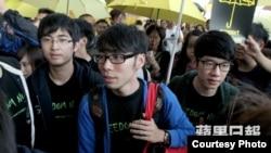 學聯三代表在香港國際機場(蘋果日報圖片)
