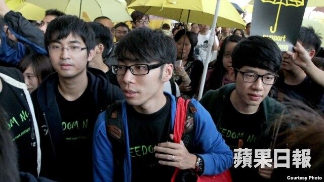 学联三代表在香港国际机场(苹果日报图片)