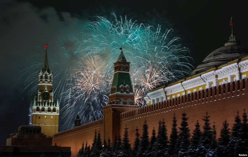 러시아 모스크바 붉은 광장에서 새해를 맞아 형형색색의 불꽃이 터지고 있다.