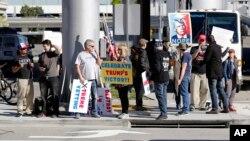 美国总统川普的支持者在洛杉矶汤姆·布拉德利国际航站楼外(资料照片)