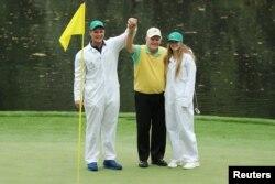 4일 잭 니클라우스(가운데)가 미국 조지아주 오거스타 내셔널골프클럽에서열린 2017-2018 시즌 미국프로골프(PGA) 투어 첫 메이저대회인 마스터스 토너먼트 연습라운드에서 손자인 게리(왼쪽)가 홀인원을 치자 축하하고 있다.