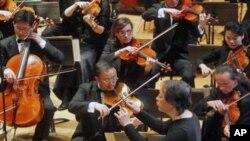 지난 3월 프랑스 파리에서 한국 지휘자 정명훈과 협연한 북한 은하수 교향악단. 8월 서울 공연은 무산됐다.